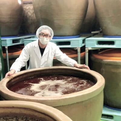 発酵を見守る酵素アドバイザーの小嶋さん