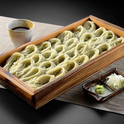 きれいな緑色の麺が、美味しさを引き立たせる