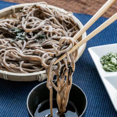煮干しベースのつゆが蕎麦の美味しさを引き立てます