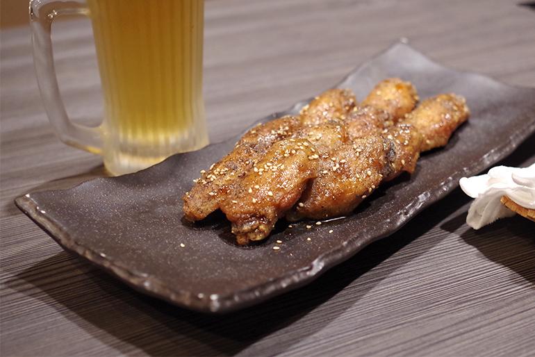 絡むタレとあふれる肉汁が人気の手羽先唐揚