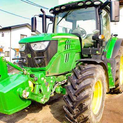 大きなトラクターを導入し稲の生育に最適な土壌作り