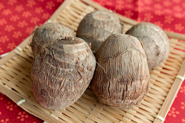 大玉で白く美しい立派な里芋は贈答品にも最適