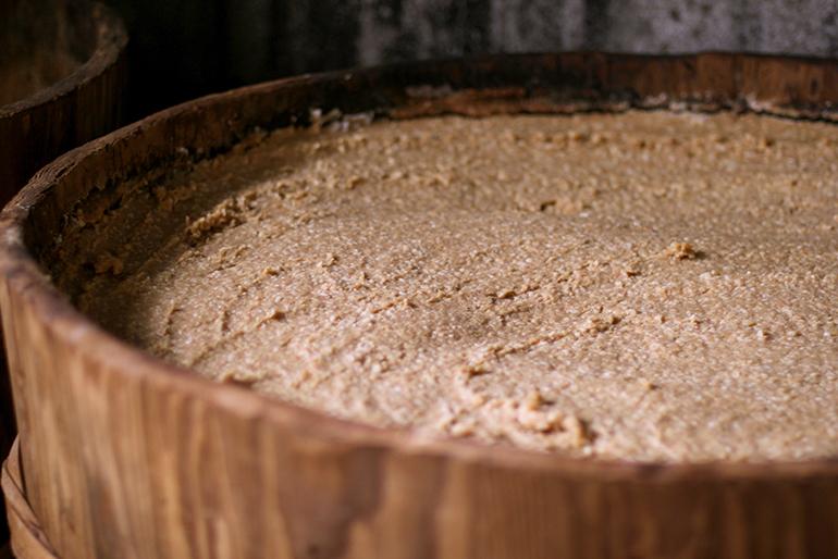 本家の醸造元で仕込んだ越後味噌を使用
