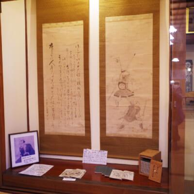 店内には、江戸時代の戯作家・十返舎一九直筆の絵や句が残る