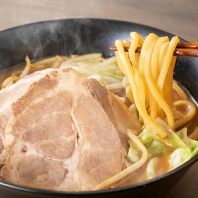 もちもちっとした力強い食感の極太ストレート麺