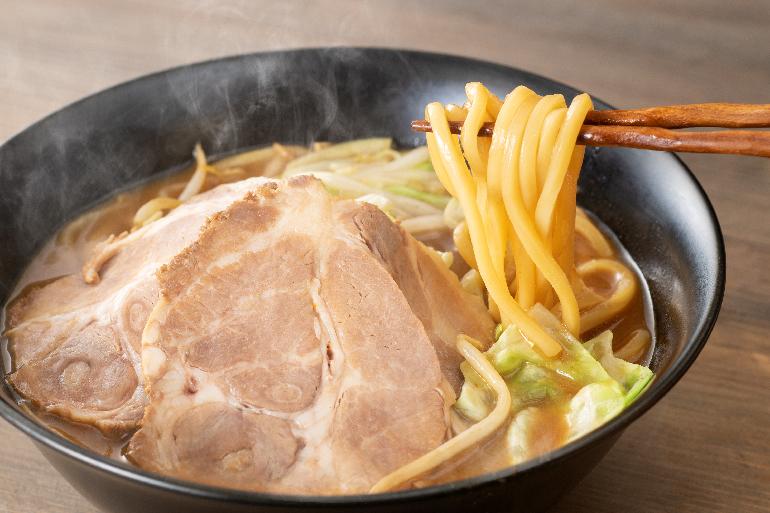 濃厚さにぴったりな極太ストレート麺