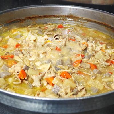 大きな鍋でじっくり煮込みます