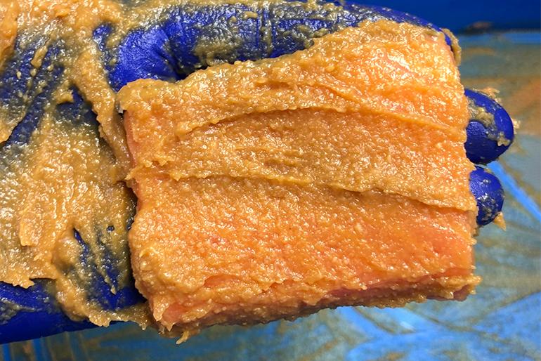 鮭のうま味を引き出す、秘伝の調合味噌で味を付ける