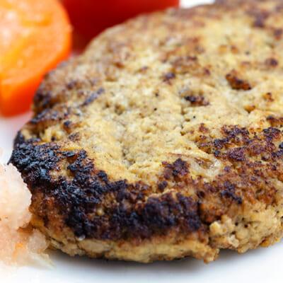 お肉の半分を、無添加の大豆ミートに置き換えた「ヘルシーハンバーグ」