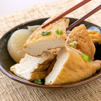 厚揚げは煮物の定番。噛むと、口の中で醤油ダシが広がります