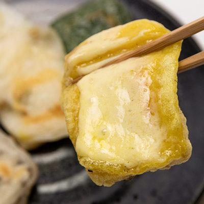 カレー餅にチーズをのせて食べると絶品!