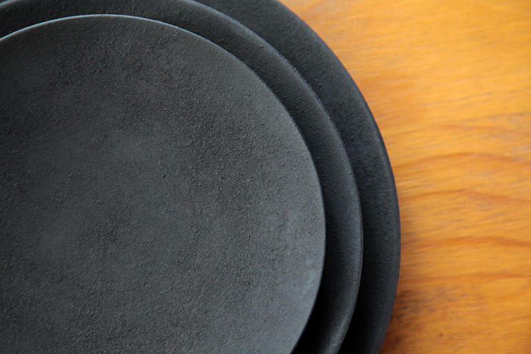 趣きある重厚感と軽さを両立した漆器皿