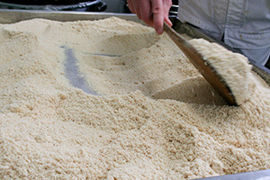 4.鱈の子をゆっくりと乾燥させサラサラの状態に