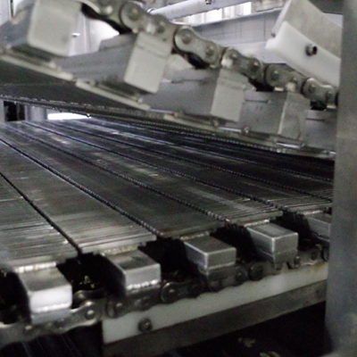 伝統の竹簾を模した特注機械で生地から水を絞り出す