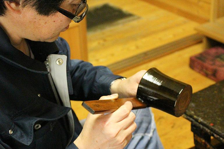 伝統工芸士の資格を持つ職人が手塗り