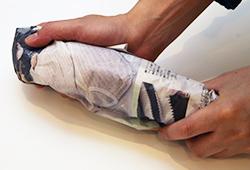 2.濡れた新聞紙で包む
