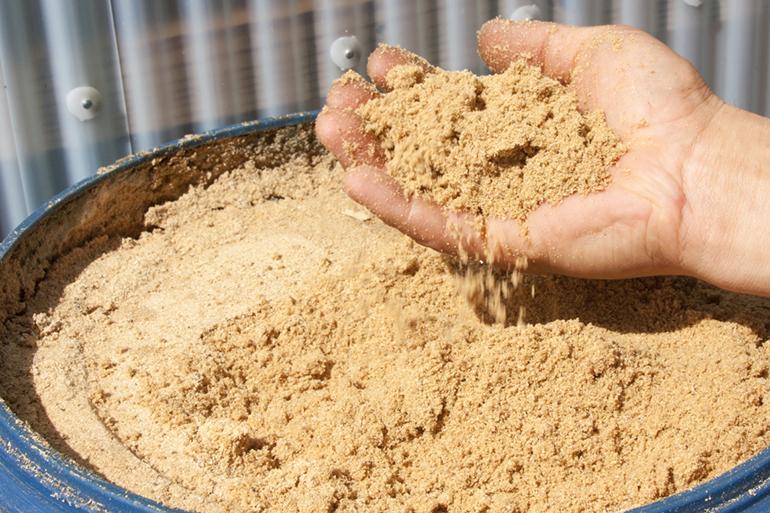 """3.""""竹粉""""を使った自家製有機肥料が引き出すお米のうま味!"""