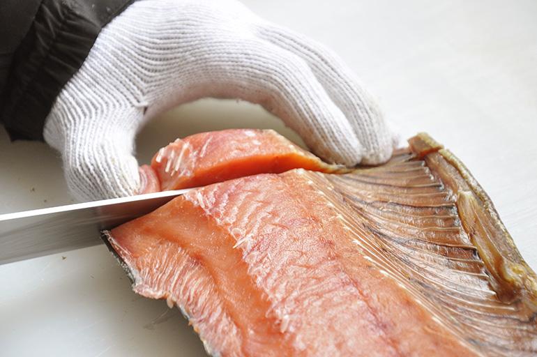 """日本海で獲れる極上""""村上鮭""""、贅沢な肉厚切り身!"""